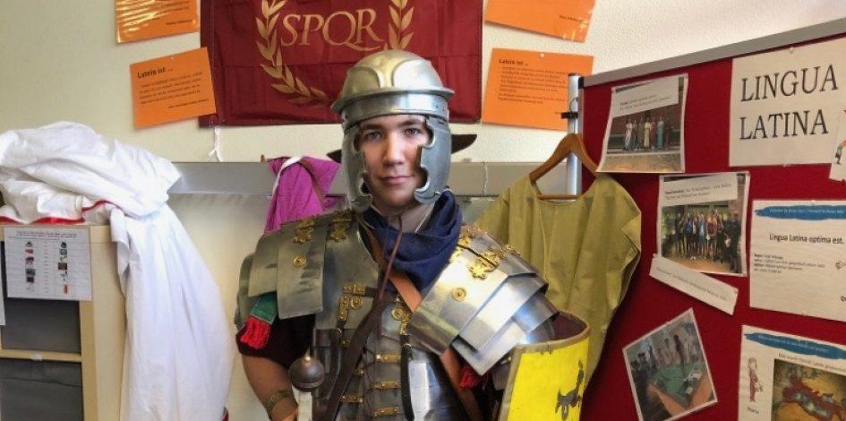 Römischer Legionär zu Besuch am Tag der offenen Tür